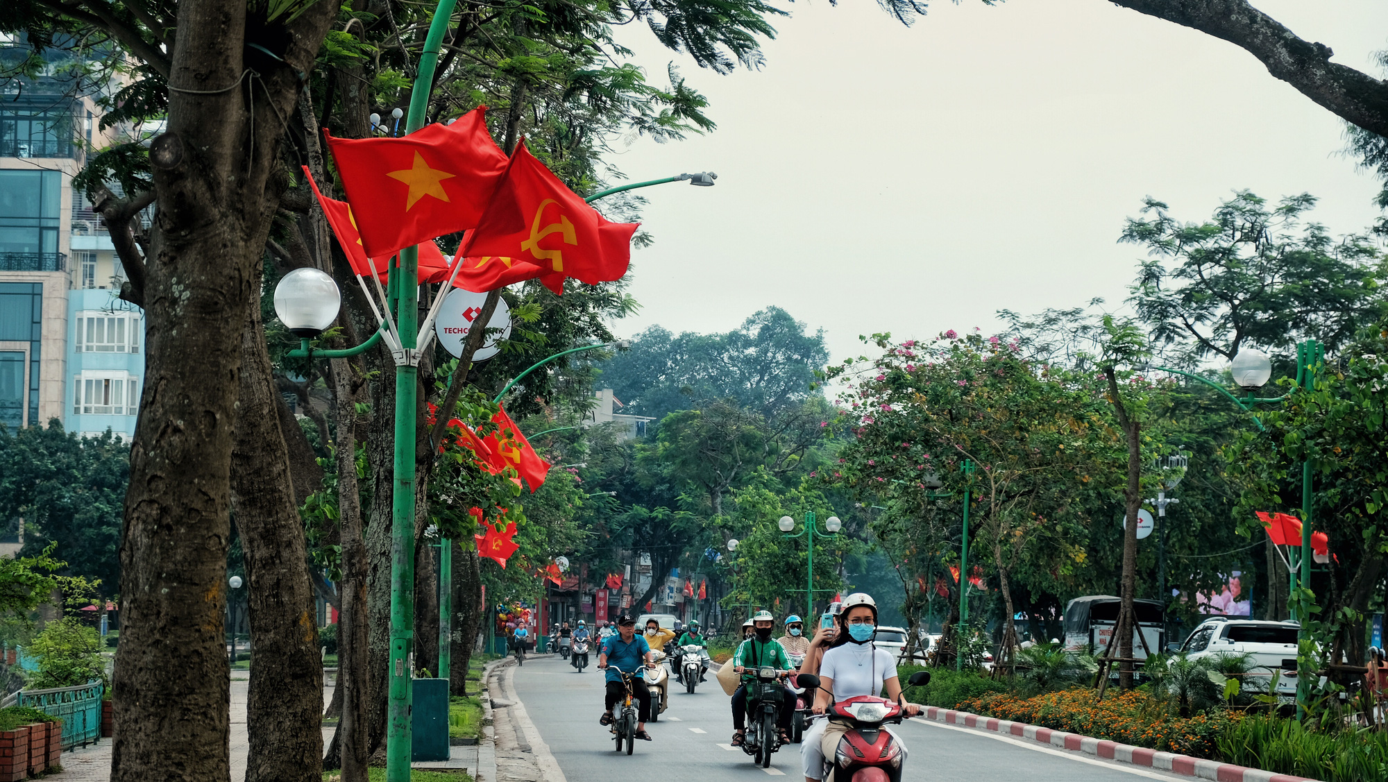 Thanh Nien Street in Ba Dinh District, Hanoi is decorated with national flags on April 30, 2020. Photo: Mai Thuong / Tuoi Tre