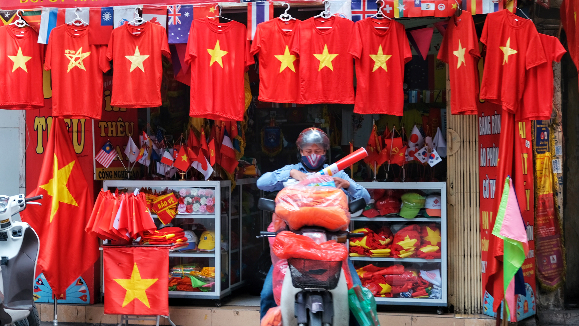A shop selling national flags and T-shirts in Hanoi. Photo: Mai Thuong / Tuoi Tre