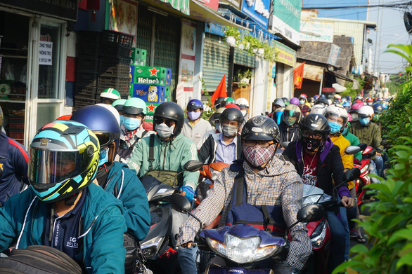 Motorbikes swarm Nguyen Thi Dinh Street leading to Cat Lai Ferry in District 2, Ho Chi Minh City, April 30, 2020. Photo: Duc Phu / Tuoi Tre