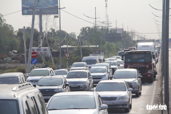 Cars queue on a street leading to theHo Chi Minh City-Trung LuongExpressway in southern Vietnam, April 30, 2020. Photo: Chau Tuan / Tuoi Tre