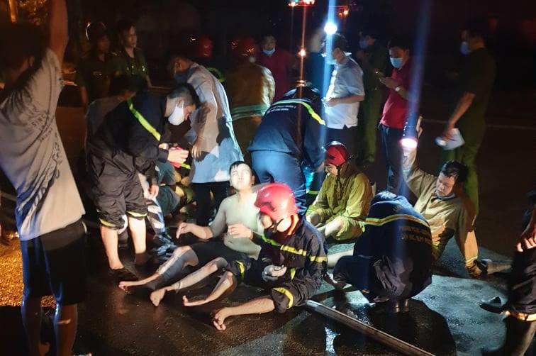 Firefighters are injured as they try to put out the flame at CX Technology (Vietnam) Corporation. Photo: Minh Hoa / Tuoi Tre