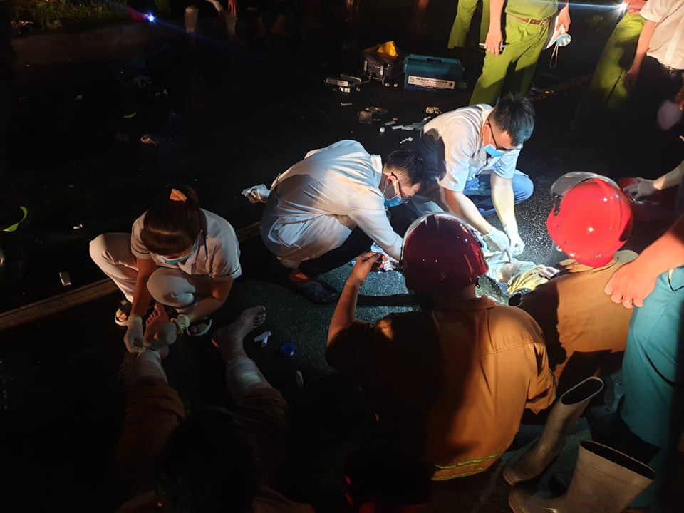 Injured officers receive first-aid treatment. Photo: Minh Hoa / Tuoi Tre