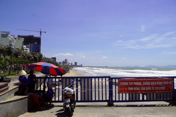 A banner banning beach-going for COVID-19 prevention and control is placed on the embankment of an empty closed beach in Vung Tau City, Ba Ria – Vung Tau Province, Vietnam, April 30, 2020. Photo: Dong Ha / Tuoi Tre