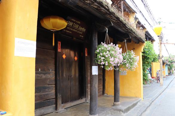 A restaurant remains closed as few tourists visit Hoi An Ancient Town in Quang Nam Province, Vietnam, April 30, 2020. Photo: Duc Tai / Tuoi Tre