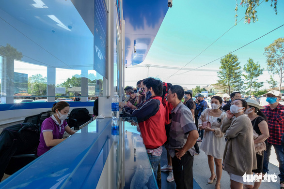 A crowd of people waits to buy entrance tickets at a ticket office of an attraction in Da Lat, Lam Dong Province, May 1, 2020. Photo: Duc Tho / Tuoi Tre