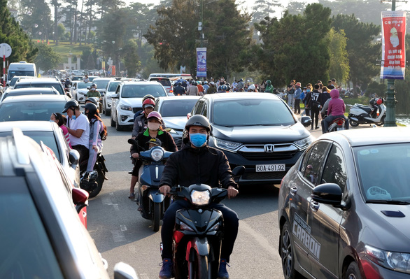 Vehicles throngs a street in Da Lat, Lam Dong Province, April 30, 2020. Photo: Mai Vinh / Tuoi Tre