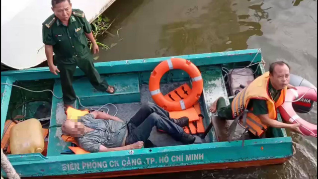 American man rescued after jumping into Saigon River to save passport discarded by muggers
