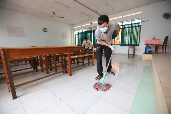 Hanoi, Saigon schools sanitize facilities with help from parents to prepare for class resumption
