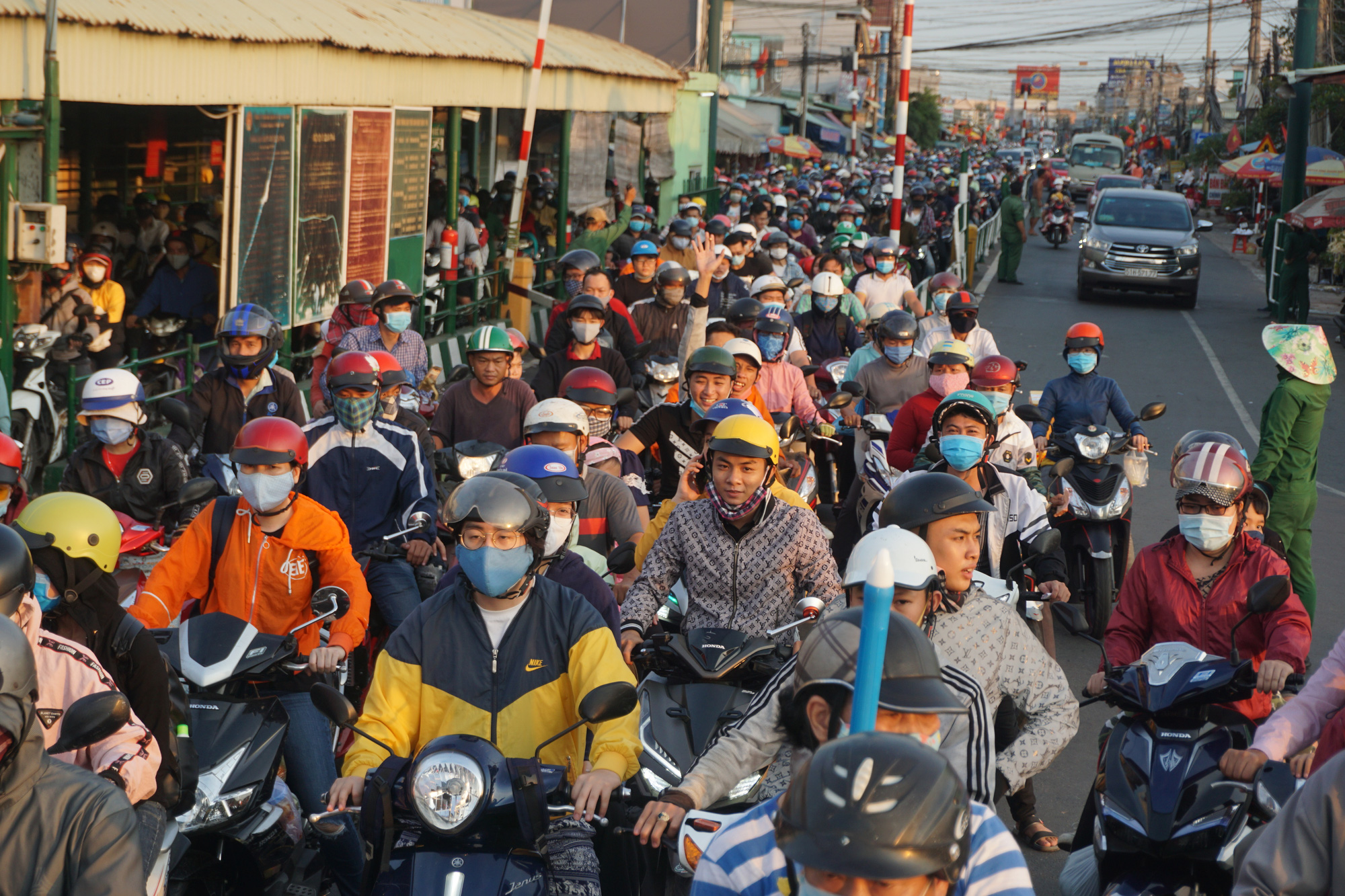 Ho Chi Minh City entrances jammed as holiday weekend concludes