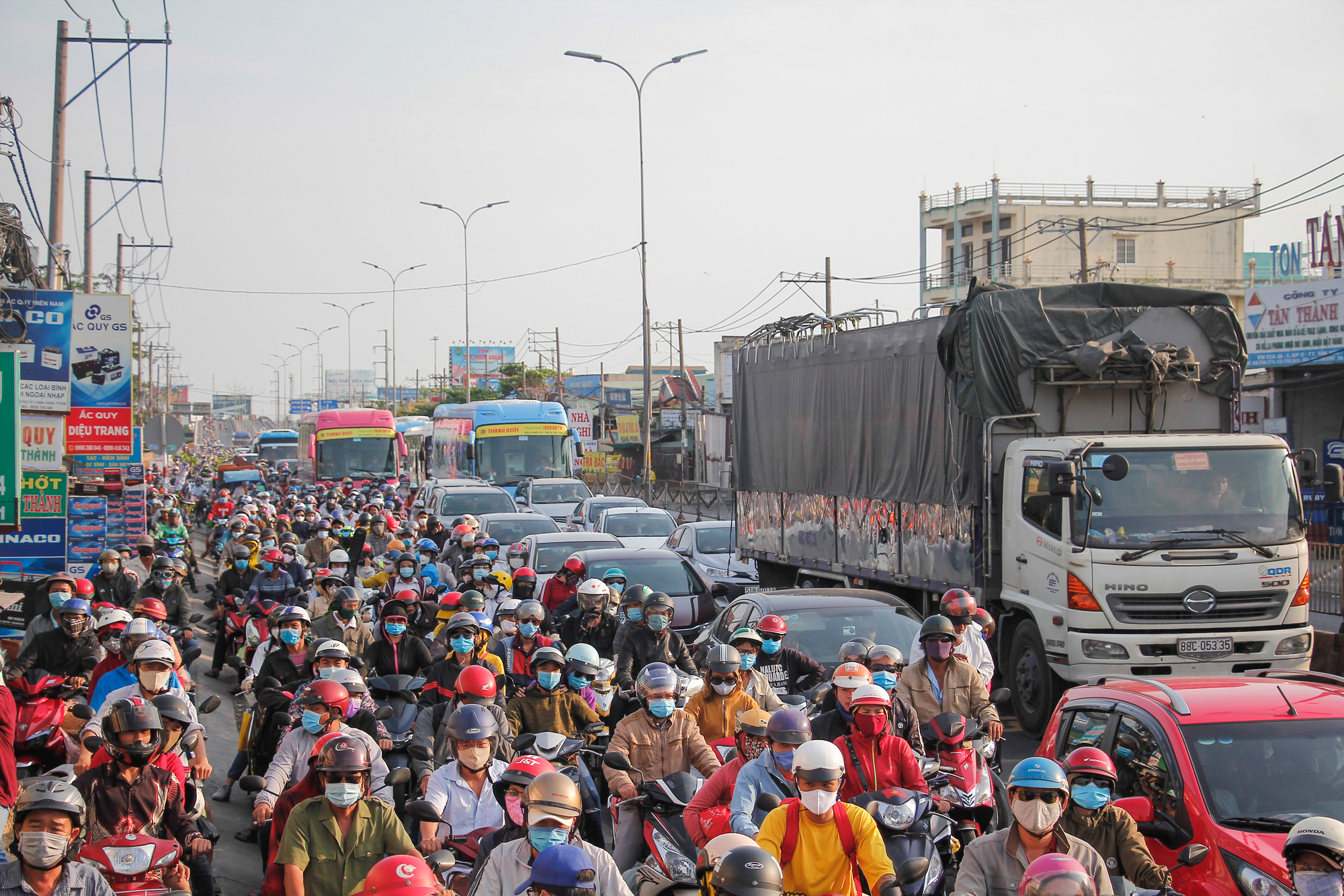 Congestion along National Highway 1 leading to Ho Chi Minh City, May 3, 2020. Photo: Chau Tuan / Tuoi Tre