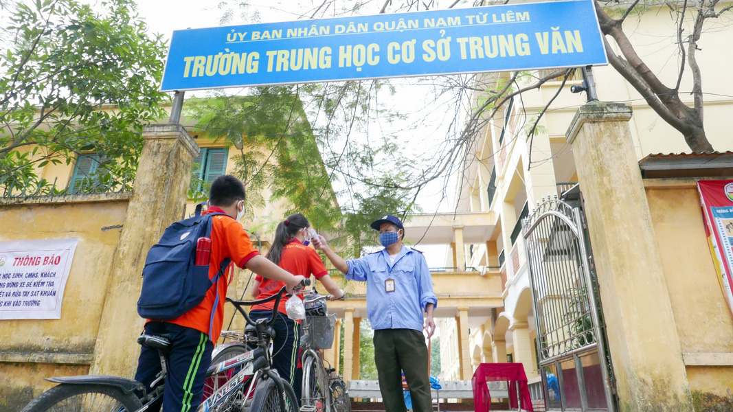 Students of Trung Van Middle School in Hanoi have their body temperature measured on May 4, 2020. Photo: Viet Dung / Tuoi Tre