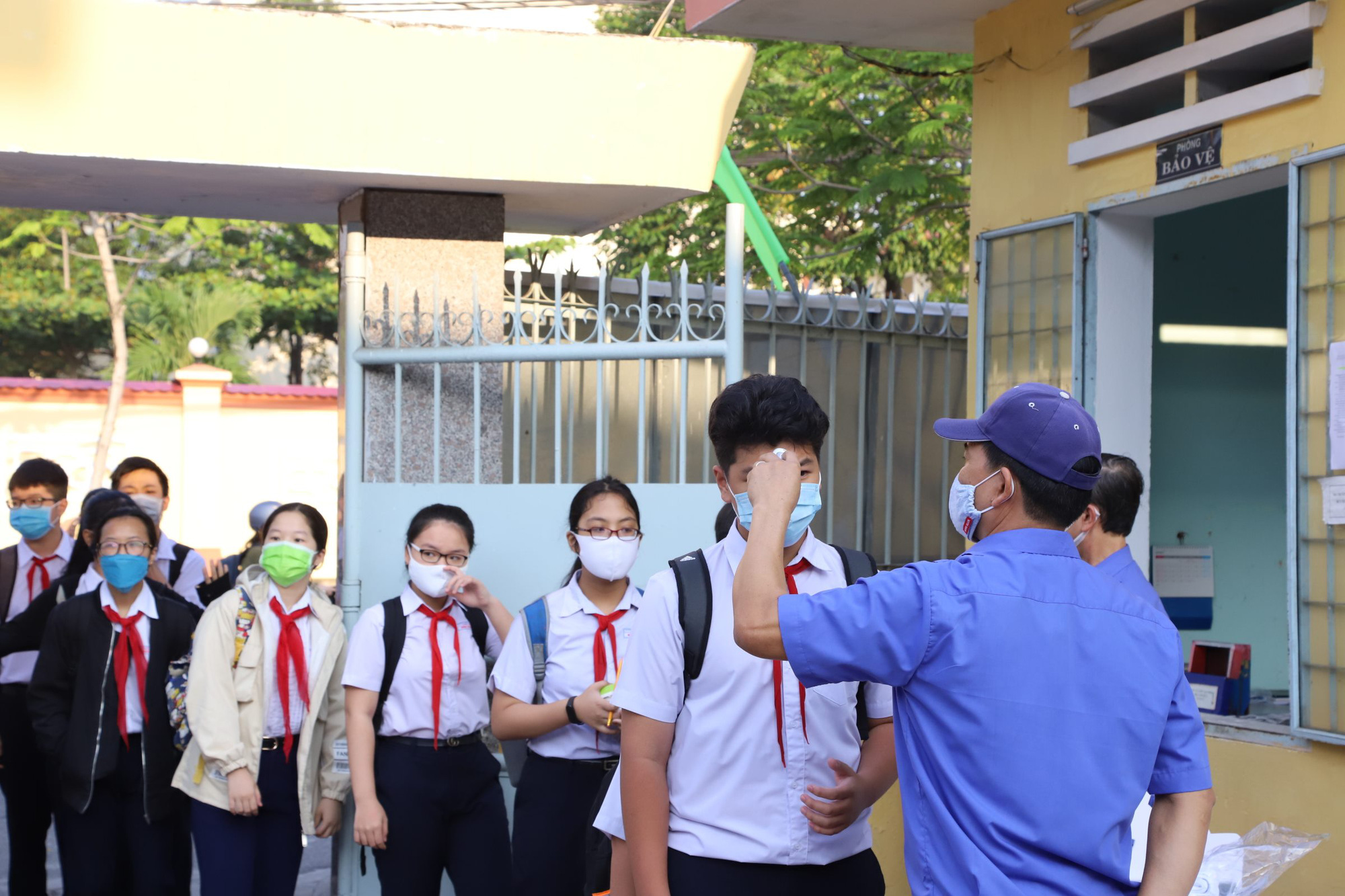 Students have their body temperature measured before entering of Tay Son High School in Da Nang City on May 4, 2020. Photo: Doan Cuong / Tuoi Tre