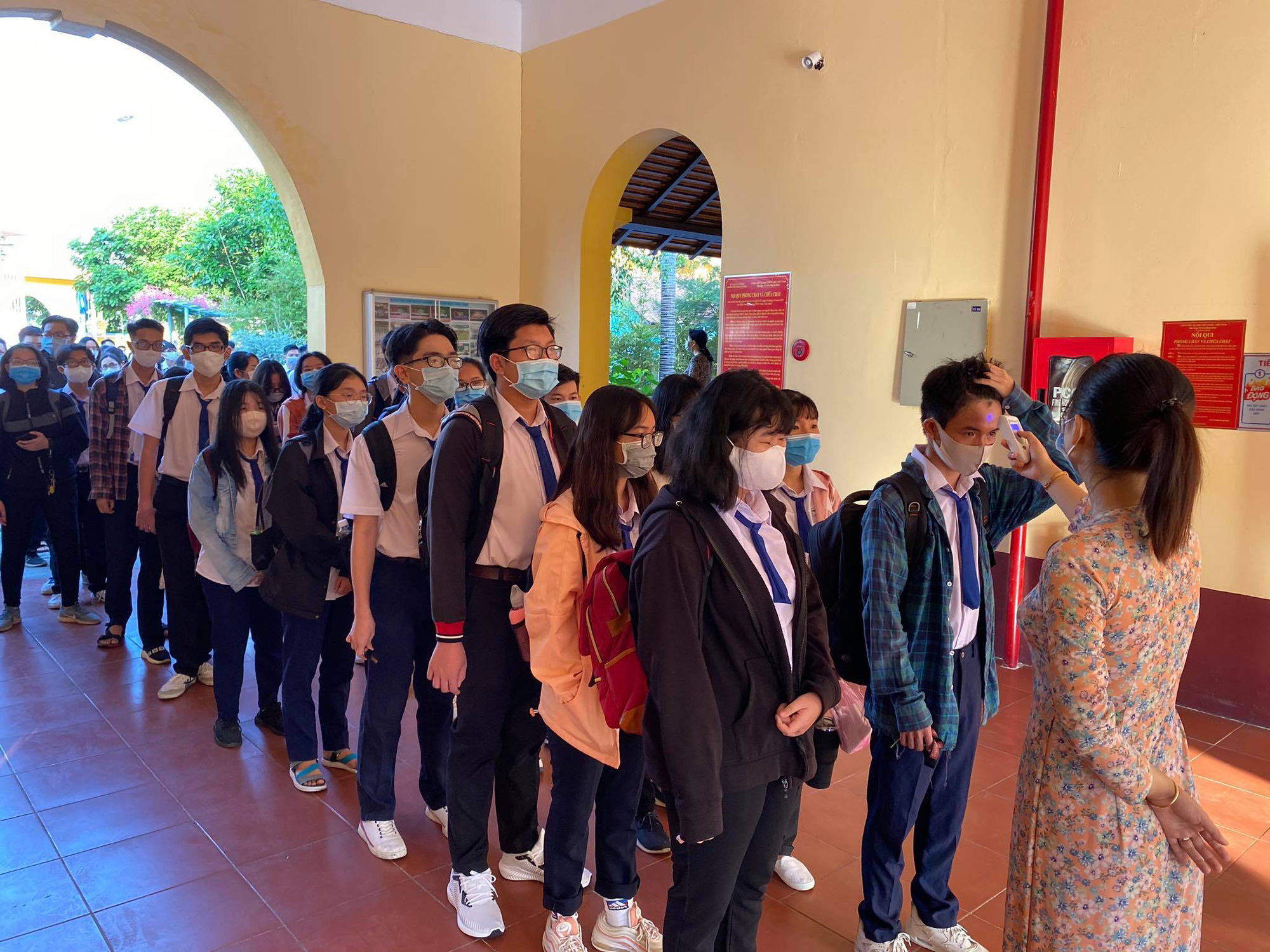Students have their body temperature measured before entering of Chau Van Liem High School in Can Tho City on May 4, 2020. Photo: Thuy Trang / Tuoi Tre