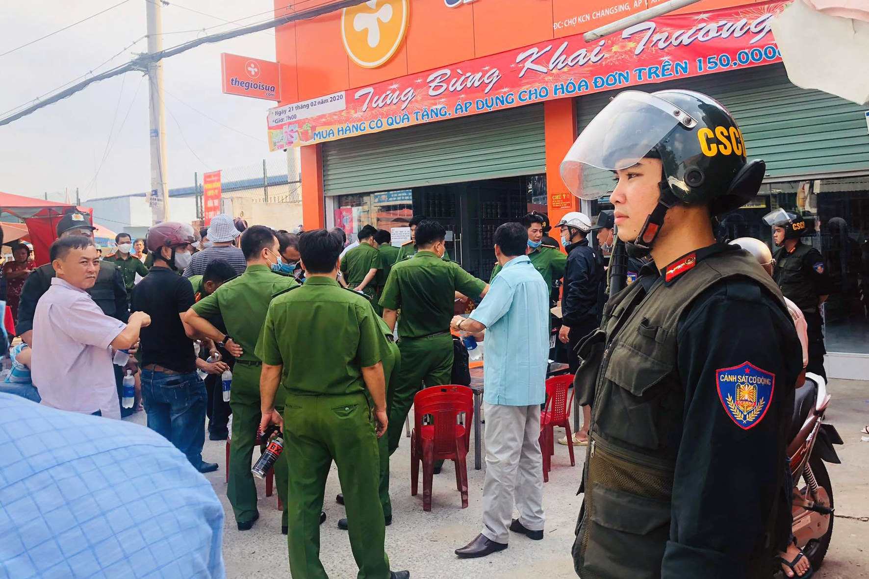 Police officers are mobilized to arrest members of a protection racket in Dong Nai Province, Vietnam, May 5, 2020. Photo: B.A. / Tuoi Tre