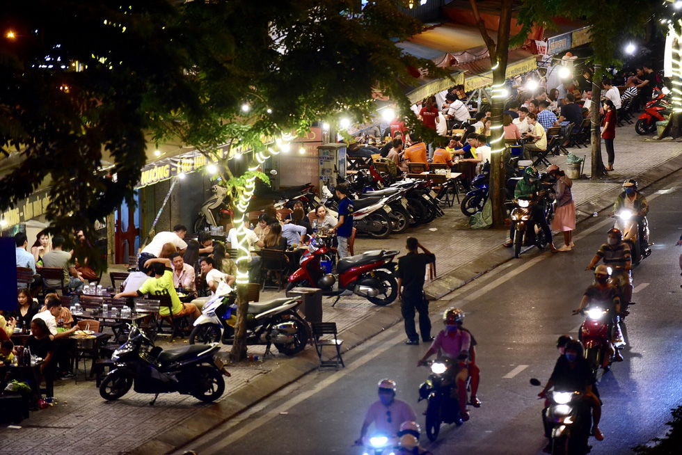 People crowd beer parlors on Pham Van Dong Street in Binh Thanh District, Ho Chi Minh City, Vietnam, May 6, 2020. Photo: Quang Dinh / Tuoi Tre