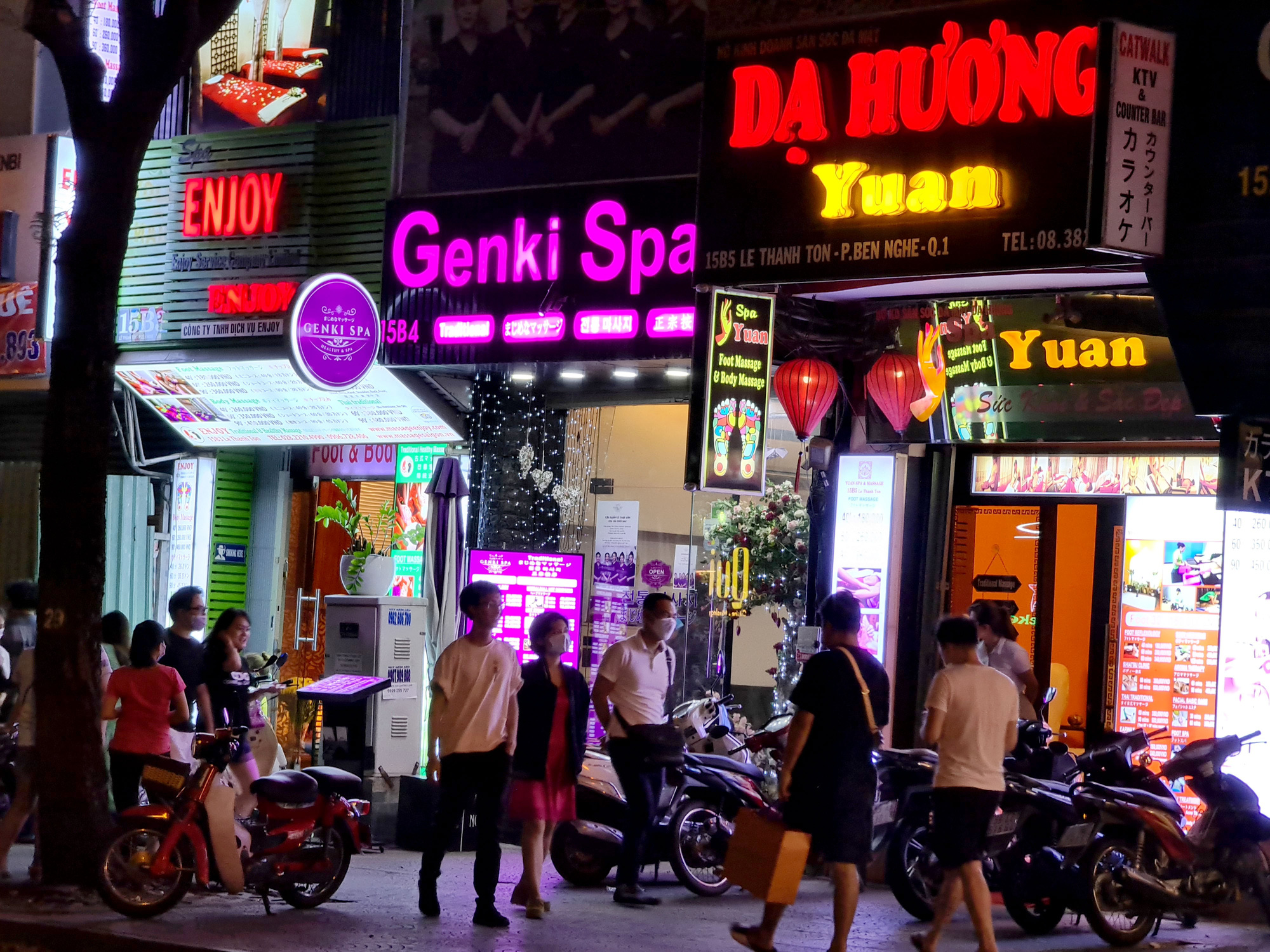 Spas and other businesses are reopened on Le Thanh Ton Street in District 1, Ho Chi Minh City on May 9, 2020. Photo: Ngoc Hien / Tuoi Tre