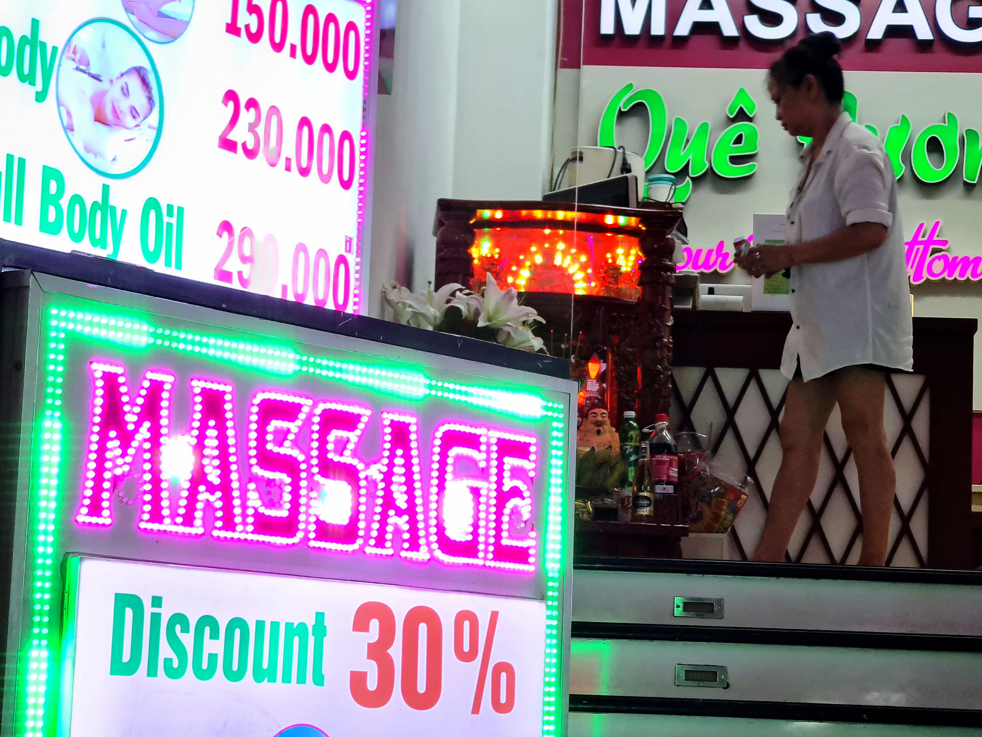 A massage parlor offers 30 percent discount to customers in District 1, Ho Chi Minh City on May 9, 2020. Photo: Ngoc Hien / Tuoi Tre