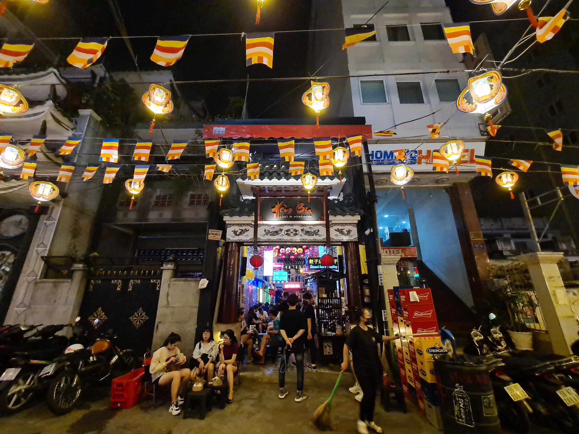 A beer parlor at Ho Chi Minh City's 'backpacker area' is crowded on May 9, 2020. Photo: Ngoc Hien / Tuoi Tre