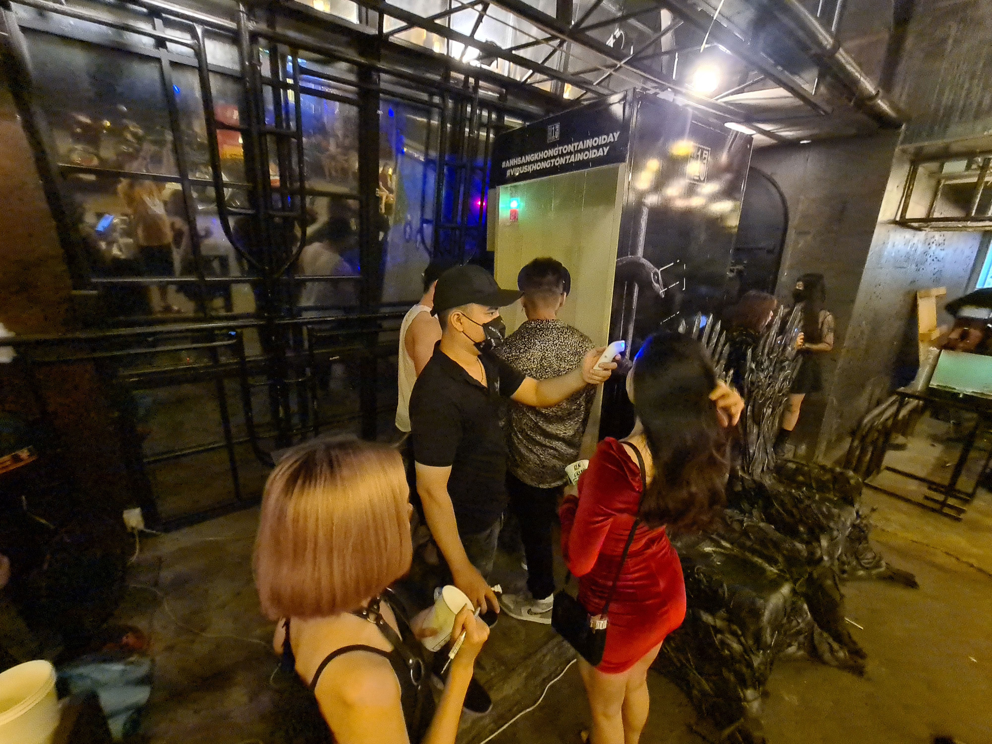 Customers have their temperature measured before entering a bar on Bui Vien Street in District 1, Ho Chi Minh City on May 9, 2020. Photo: Ngoc Hien / Tuoi Tre
