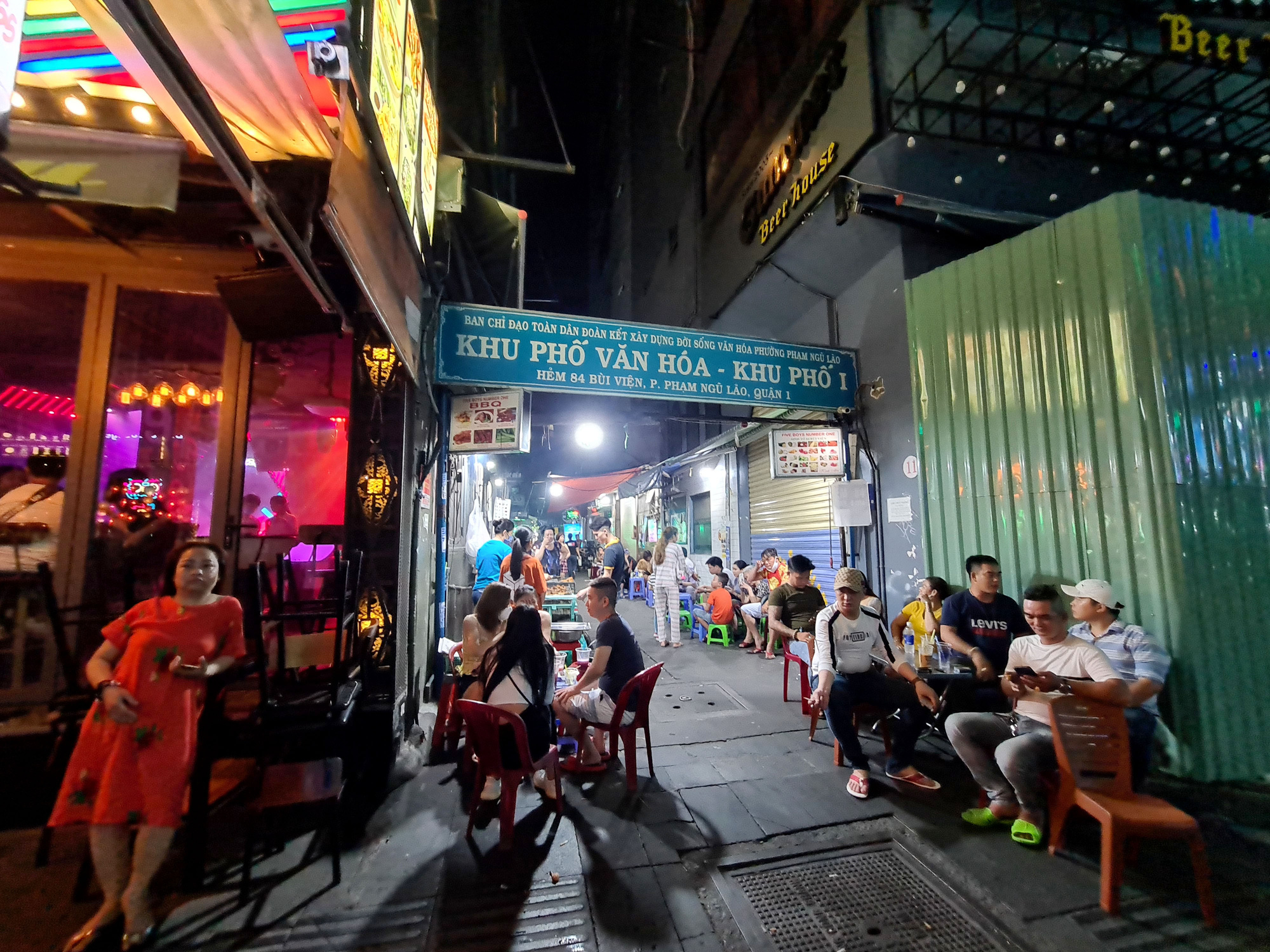 Smoothie stalls at Ho Chi Minh City's 'backpacker area' welcome their customers on May 9, 2020. Photo: Ngoc Hien / Tuoi Tre