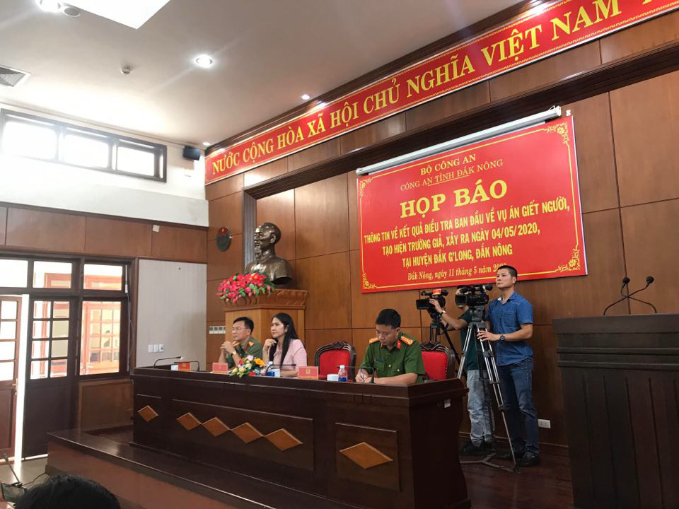 Police in Dak Nong Province, Vietnam organize a press meeting on an alleged murder case involving a man faking his own death to claim insurance benefits on May 11, 2020. Photo: Trung Tan / Tuoi Tre