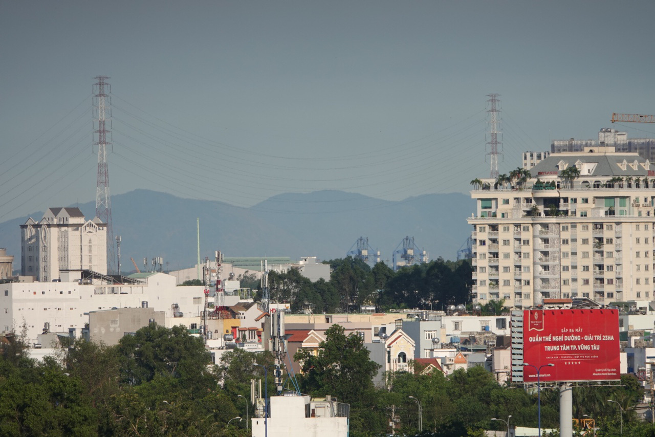 A view towards Ba Ria – Vung Tau Province from District 2, Ho Chi Minh City, Vietnam reveals a mountain range in sight. Photo: Vien Su / Tuoi Tre