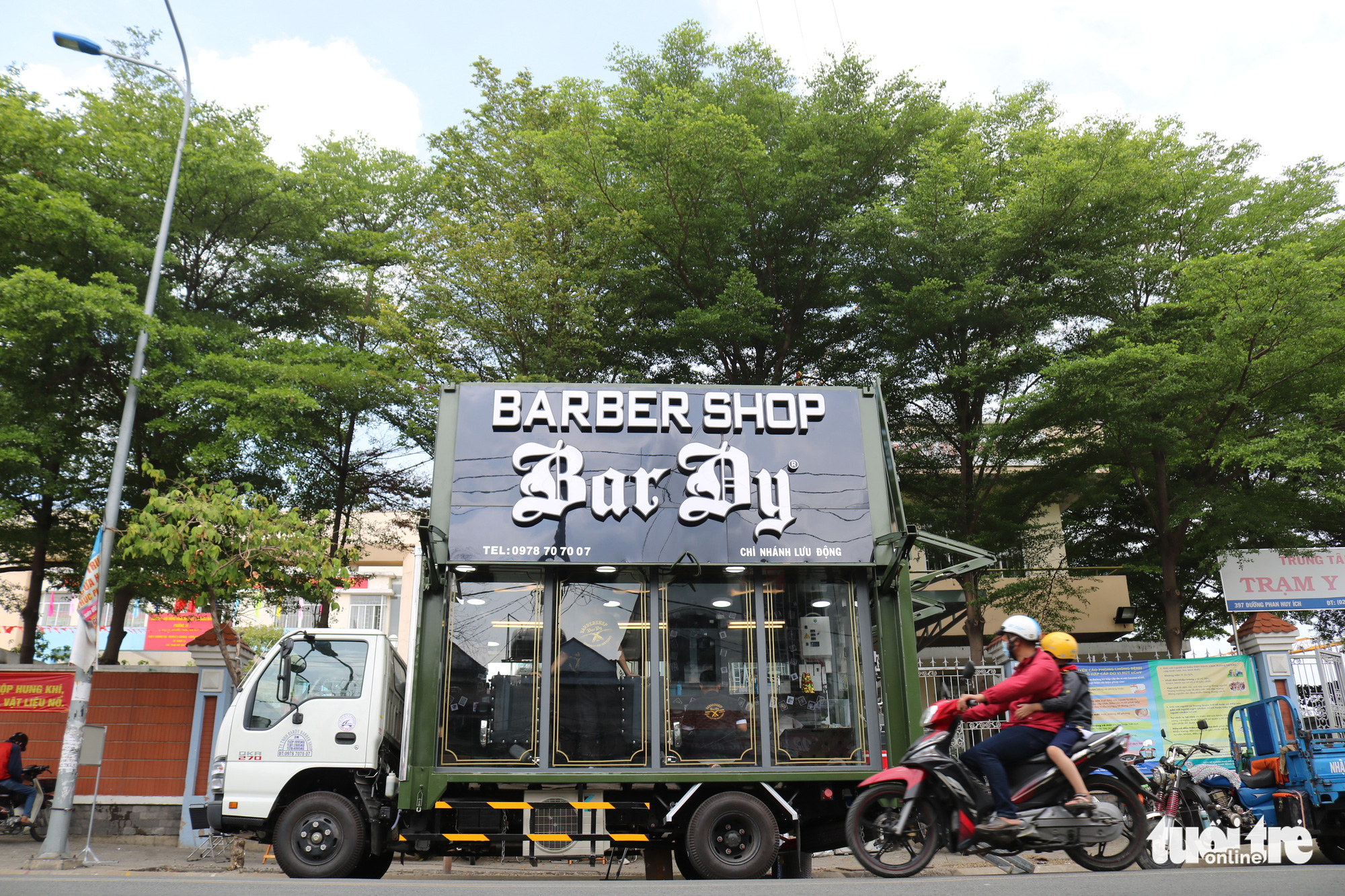 A truck is turned into a mobile barbershop offering free haircuts in Ho Chi Minh City, Vietnam. Photo: Ngoc Phuong / Tuoi Tre