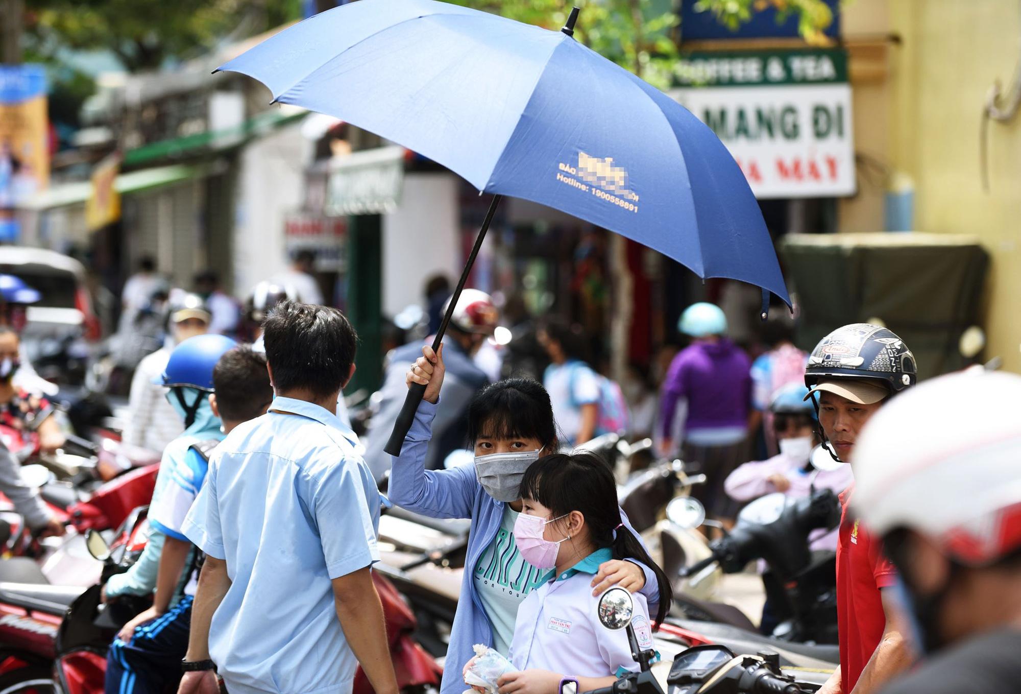 Scorching weather plagues Ho Chi Minh City as rainy season nears
