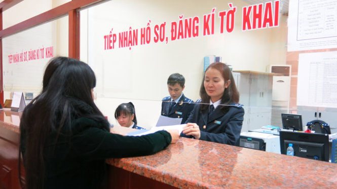 A business representative makes customs declaration at a customs office in Vietnam. Photo: Le Thanh / Tuoi Tre