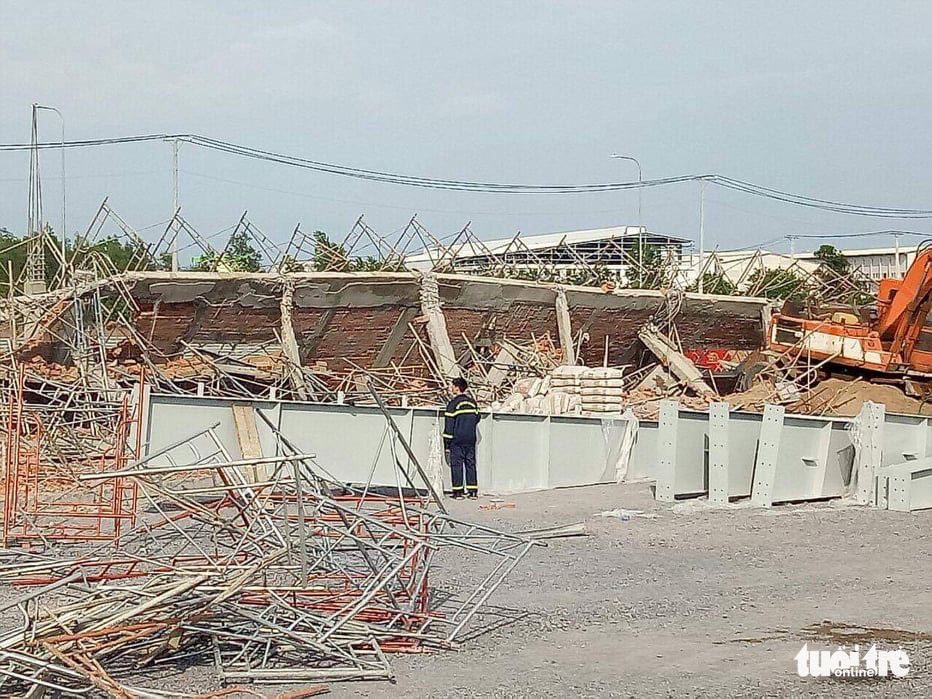A wall collapses at the construction site in Trang Bom District, Dong Nai Province, Vietnam on May 14, 2020. Photo: K.H. / Tuoi Tre