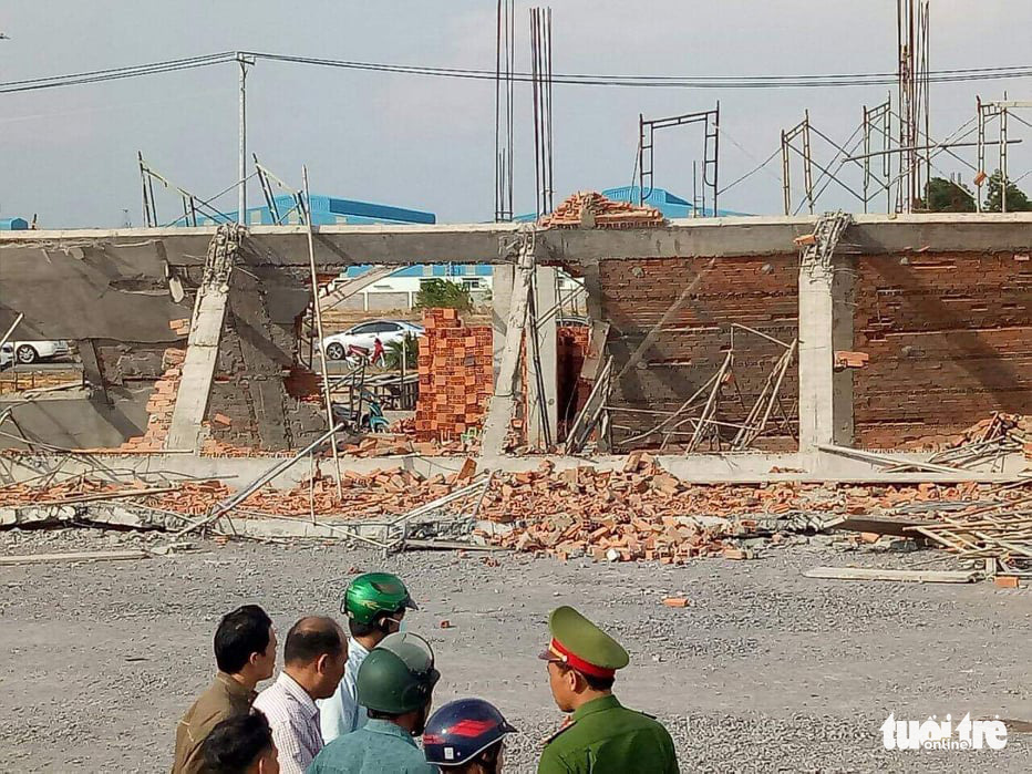 Police officers arrive at the construction site in Dong Nai Province, Vietnam on May 14, 2020. Photo: Son Dinh / Tuoi Tre