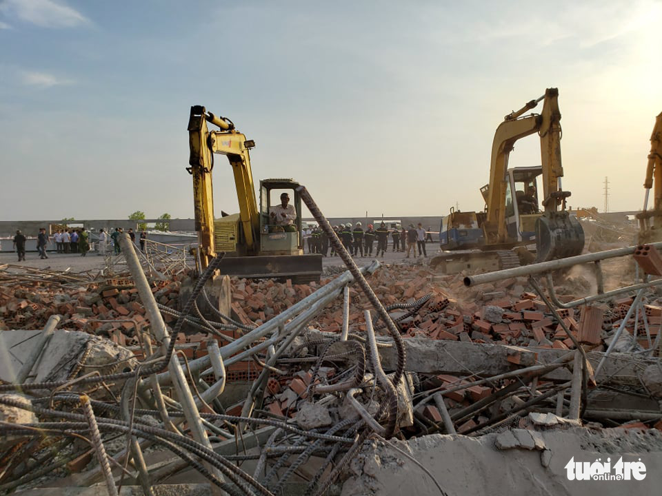 Excavators are used to help rescue the victims who are buried under debris in Dong Nai Province, Vietnam on May 14, 2020. Photo: Son Dinh / Tuoi Tre