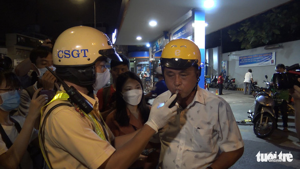 Traffic police checks alcohol level from a road user in Phu Nhuan District in Ho Chi Minh City on May 15, 2020. Photo: Minh Hoa/ Tuoi Tre