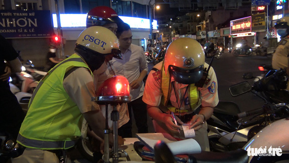 Traffic police handle with violations in Ho Chi Minh City on May 15, 2020. Photo: Minh Hoa/ Tuoi Tre