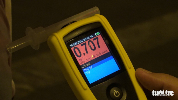 Result displayed on alcohol meter shows a driver violating with alcohol content in Ho Chi Minh City on May 15, 2020. Photo: Minh Hoa/ Tuoi Tre