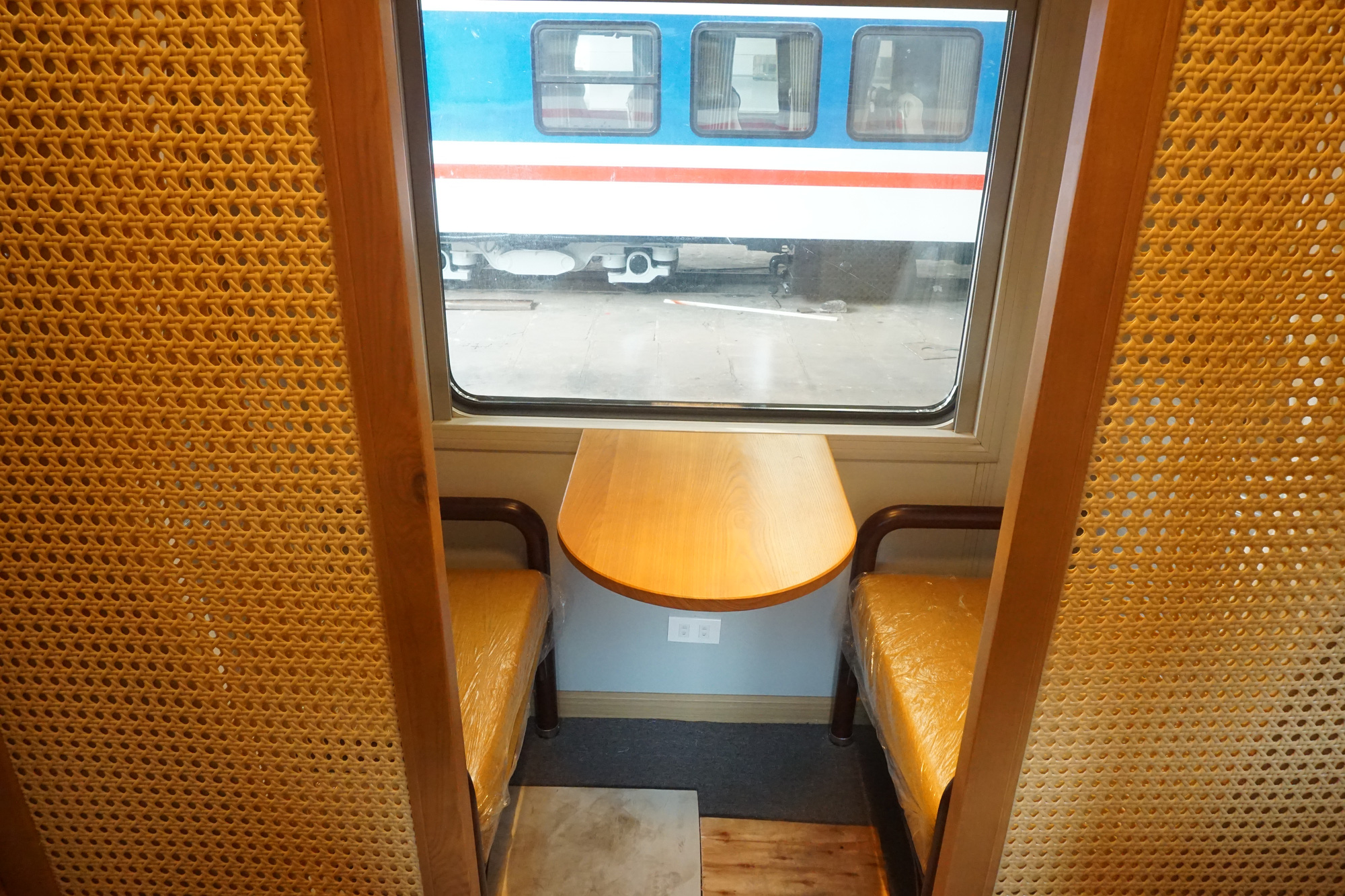 A view inside the bar carriage of Di An Train JSC. Photo: Duc Phu / Tuoi Tre