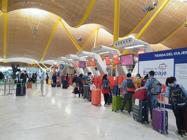 Vietnamese citizens queue for check-in at an airport in Spain before boarding their flight back to Vietnam. Photo: Vietnam News Agency