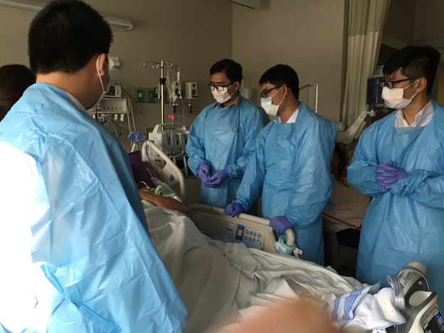 Students from Tan Tao University examine a patient at St. Mary's Medical Center in Hobart, Indiana, the U.S. in 2017. Photo: Tan Tao University