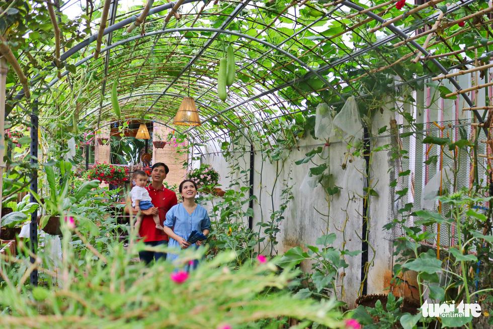 Saigoncouple turns emptylandintovegetable garden during social distancing