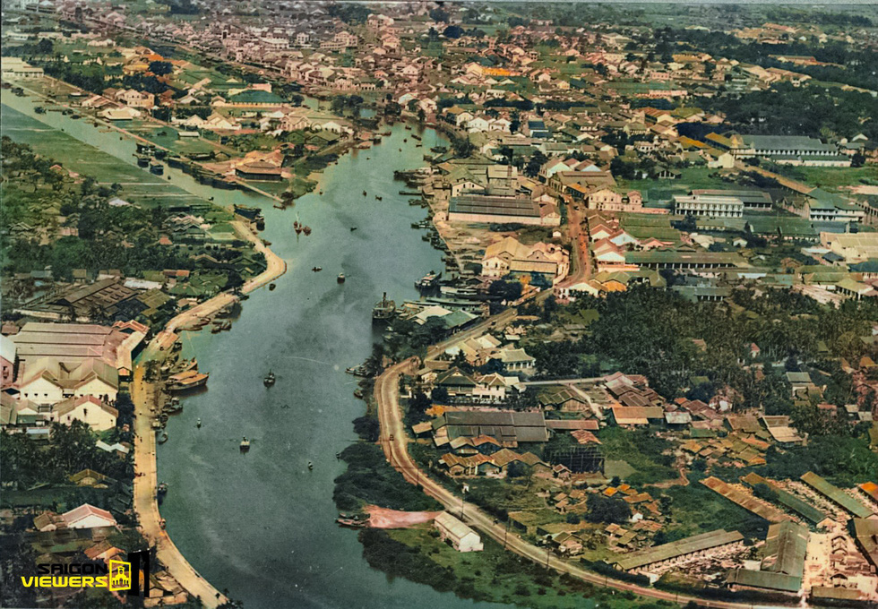 The black-and-white (top) and colorized (bottom) photos of the Tau Hu Canal captured in Saigon, the former name of Ho Chi Minh City, in 1920.