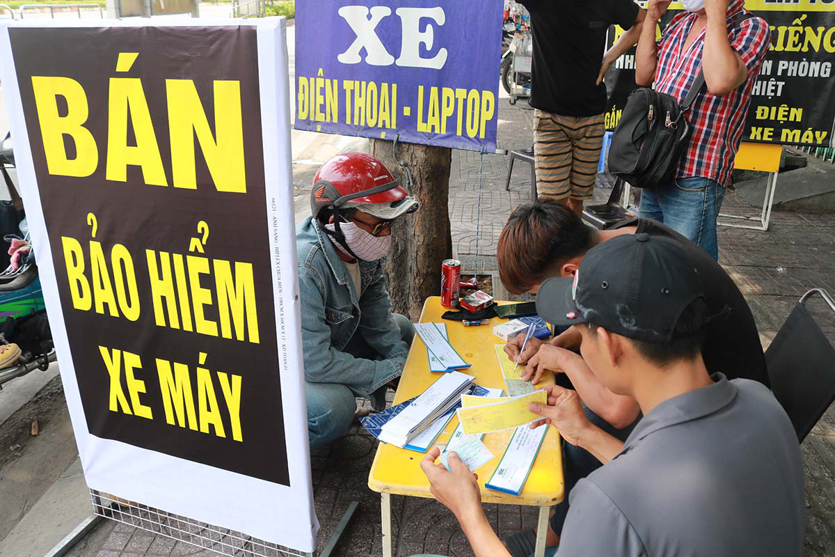 Citizens rush to buy motor vehicle insurance in Saigon amid intensified road inspection