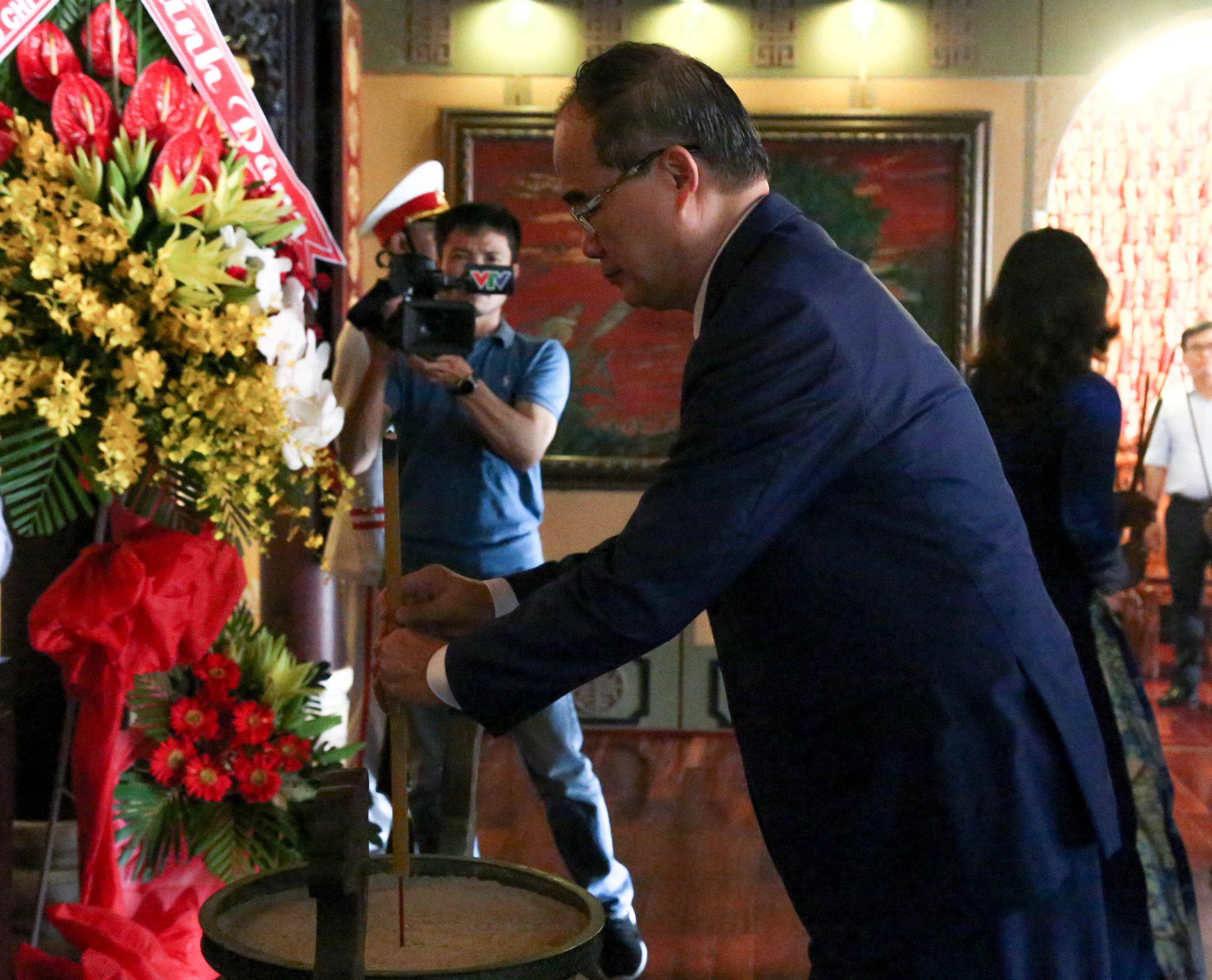 Ho Chi Minh City Party chief Nguyen Thien Nhan pays tribute to late President Ho Chi Minh on May 19, 2020. Photo: Thao Le / Tuoi Tre