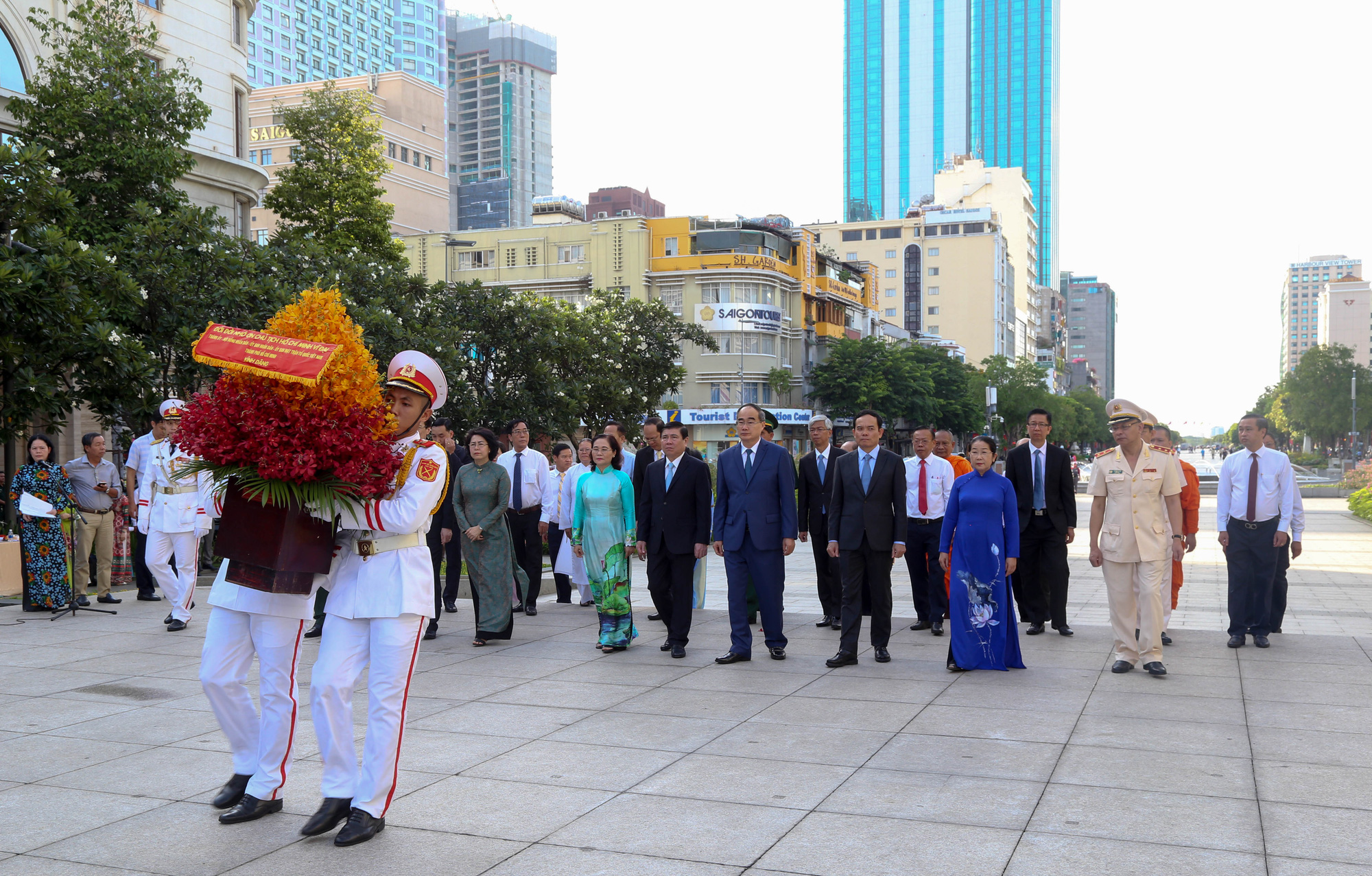 The delegation walks toward the President Ho Chi Minh Statue on Nguyen Hue Walking Street on May 19, 2020. Photo: Thao Le / Tuoi Tre
