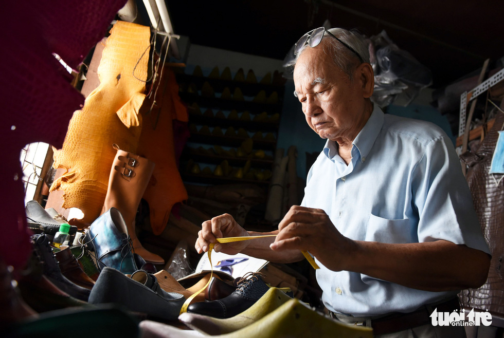 Trinh Ngoc, nearly 90 now, has always kept his love for making shoes alive during the past 70 years. Photo: Duyen Phan / Tuoi Tre