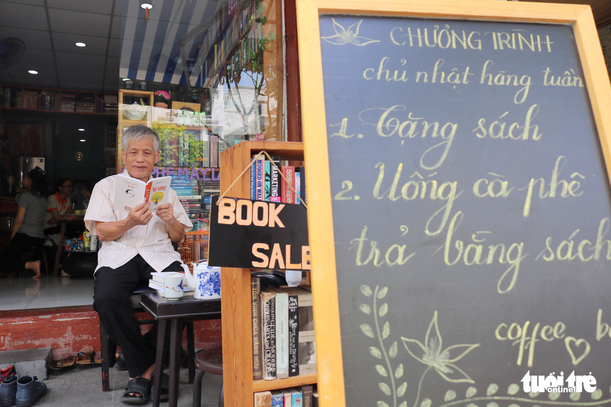 Tran Van Luyen, 78, indulges in a selection of books at the bookstore-café on Nguyen Khac Nhu Street in Ho Chi Minh City, Vietnam. Photo: Ngoc Phuong / Tuoi Tre