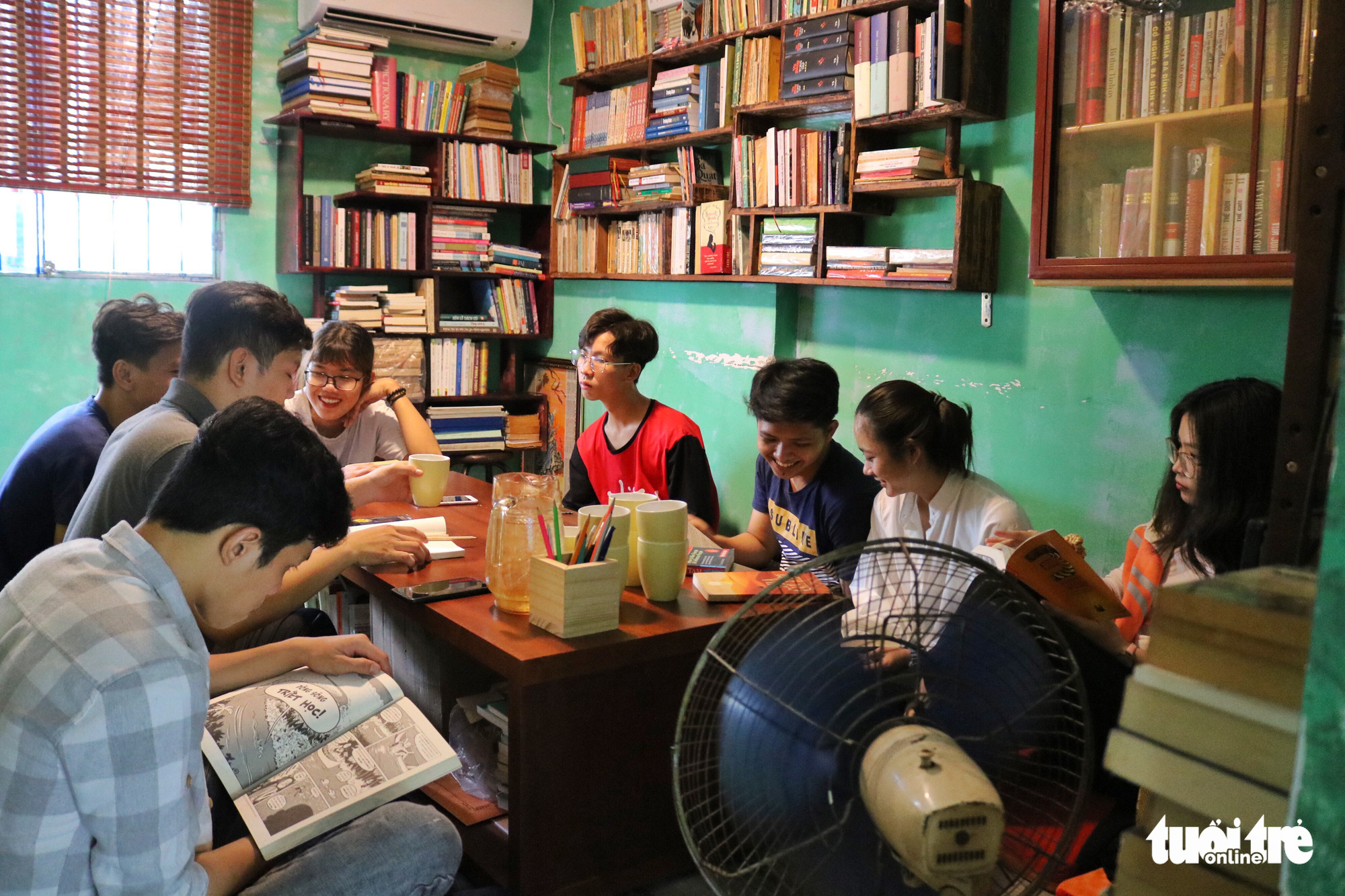 Readers crowd in the bookstore-café on Nguyen Khac Nhu Street in Ho Chi Minh City, Vietnam. Photo: Ngoc Phuong / Tuoi Tre