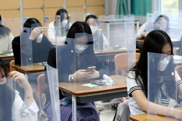 Masked against coronavirus, South Korean students return to school
