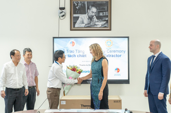 American business association presents medical equipment to Ho Chi Minh City