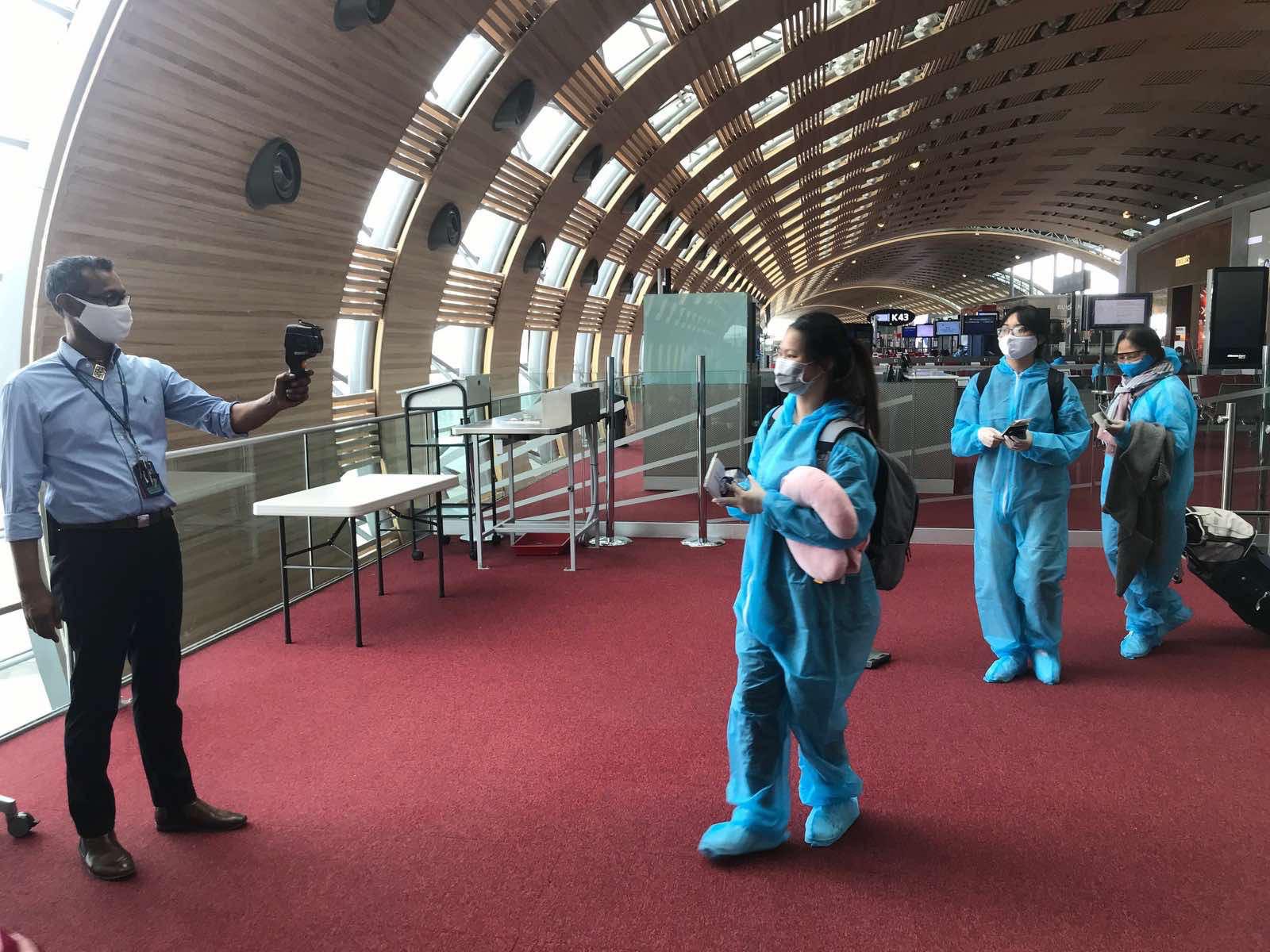 Over 340 Vietnamese return home from France, Netherlands