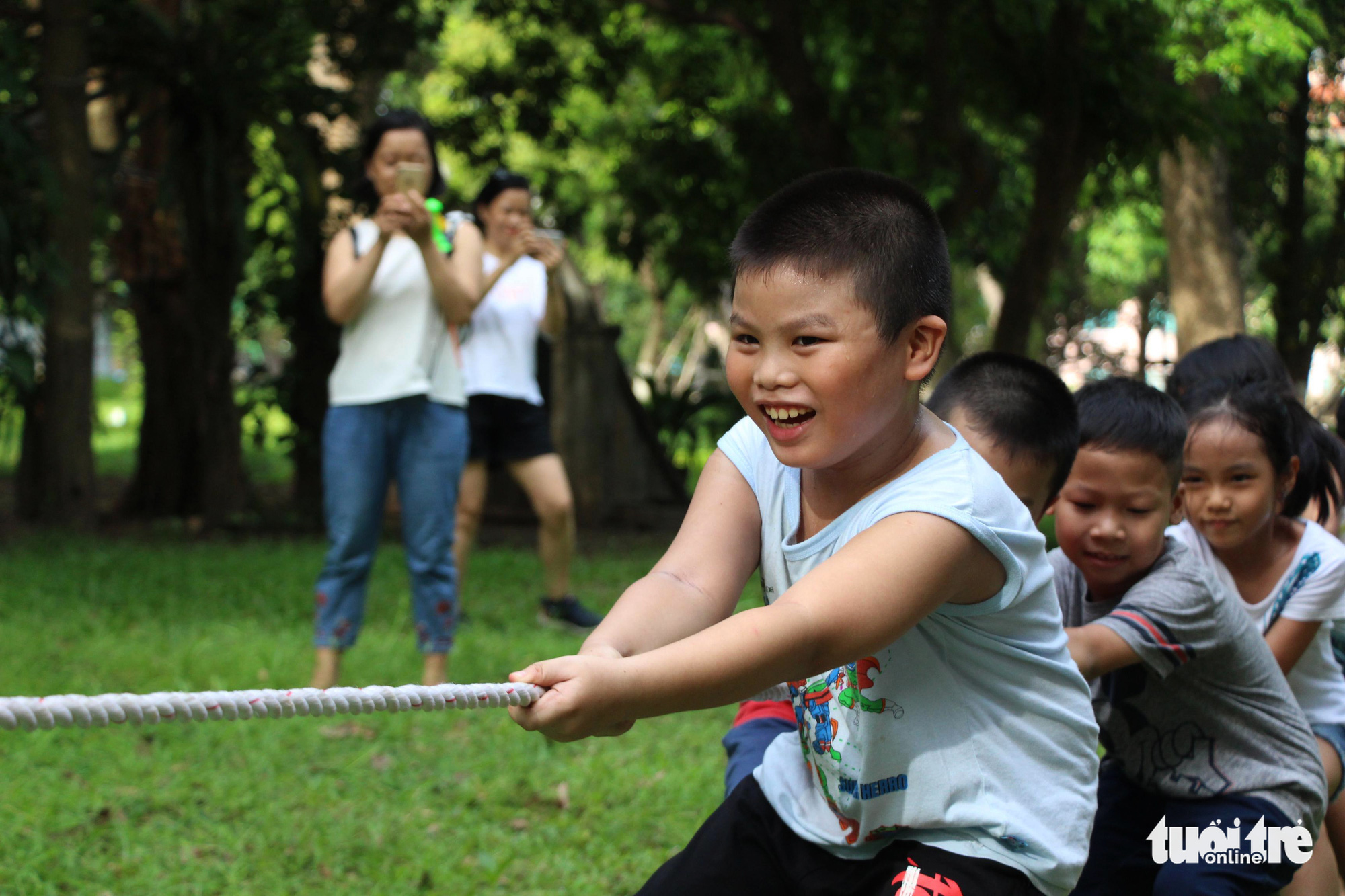 Children play a game of tug of war at the 'Kingdom of Recycled Materials' event in Hanoi, Vietnam, May 31, 2020. Photo: Ha Thanh / Tuoi Tre
